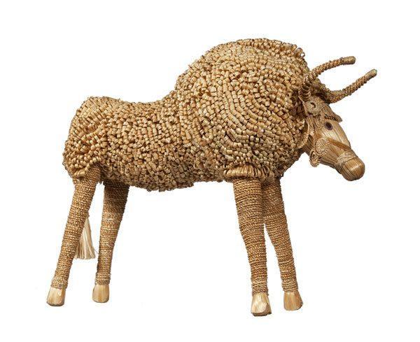 Скульптура Зубр из соломки