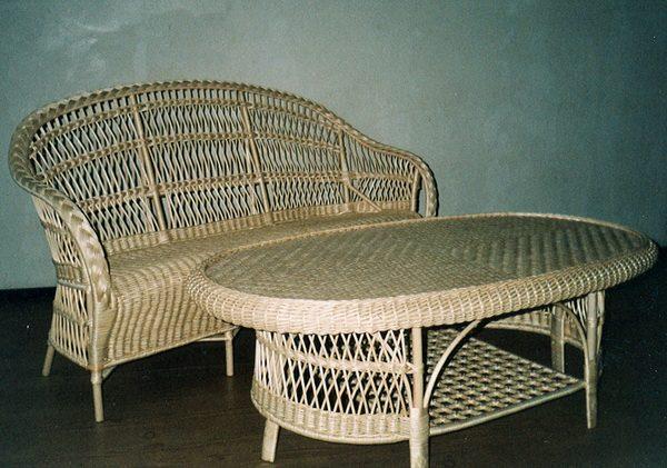 Лозовая мебель (диван и овальный журнальный стол)
