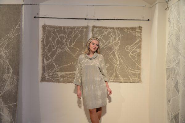 Платье с шалькой и графическим рисунком