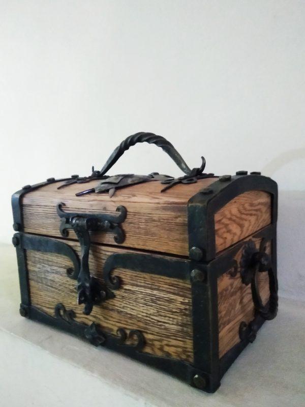 Сундук дубовый с кованными затворами и ручками