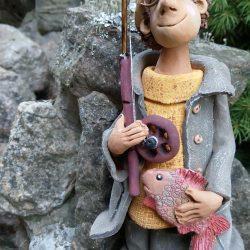 Керамическая скульптура ,,Рыбак рыбака видит из далека,,