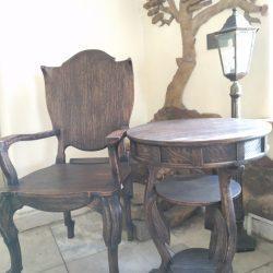 Дубовое кресло и журнальный столик