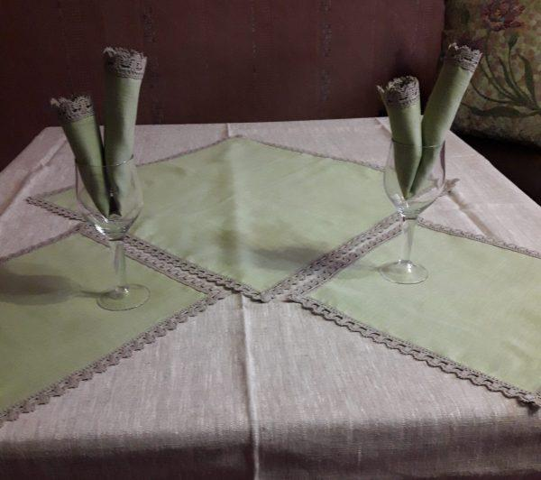 Серая скатерть с оливковыми салфетками