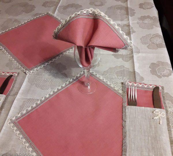 Льняная скатерть с розовыми салфетками