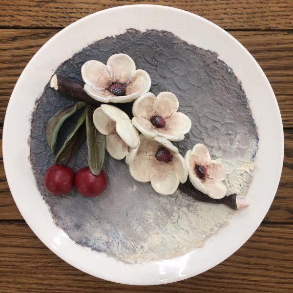 Керамическая тарелка.Обьемная керамика с росписью.ВИШНЯ.