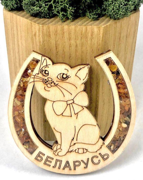 """Магнит деревянный с янтарем на холодильник """" Кот в подкове"""""""