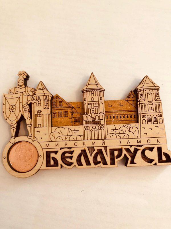 """Магнит деревянный с монетой """" Мирский замок с рыцарем"""""""
