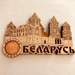 """Магнит деревянный с монетой """" Мирский замок"""""""