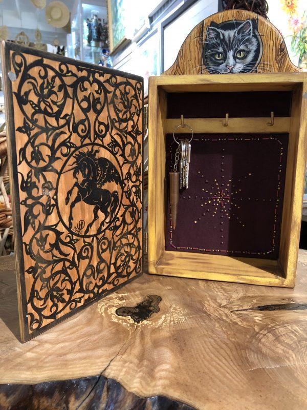 Ключница-шкафчик настенная